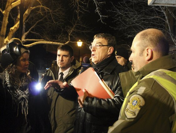 Le préfet Bernard Généreux a rencontré les manifestants... (Photo Isabelle Tremblay)
