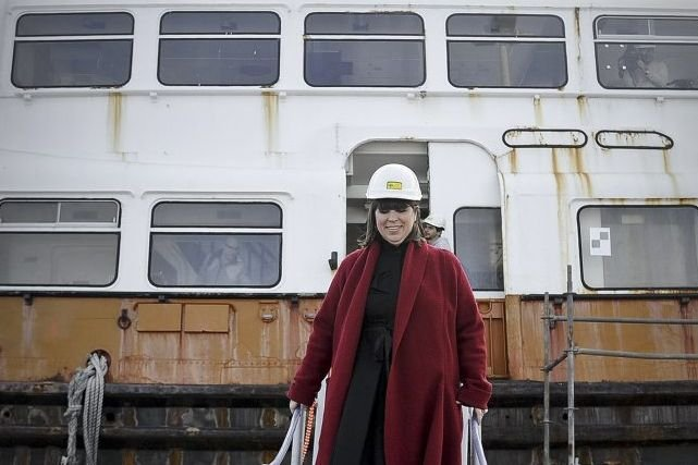 Joana Vasconcelos devant son bateau.... (Photo: AFP)