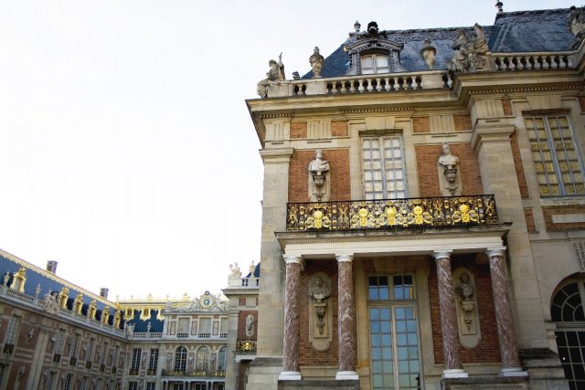 La lumière matinale lève le voile sur les grilles et les arabesques dorées du... (Photo Sarah Monceau-Birkett, La Presse)