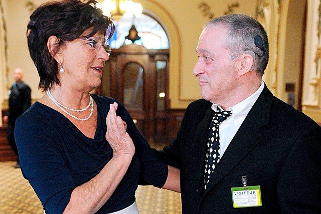 Robert Delarosbil discute avec la députée Denise Trudel,... (Le Soleil, Erick Labbé)