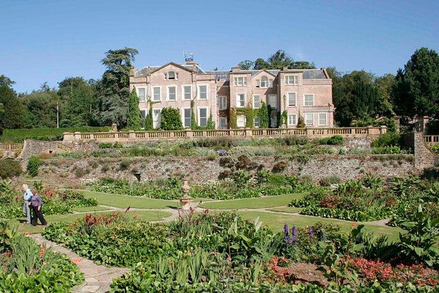 Gertrude Jekyll ajoutera des fleurs aux jardins de... (Photo Grahamec sur Wikimedia Commons)
