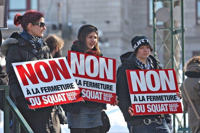 Une vingtaine d'employés et d'usagers ont manifesté jeudi... (Photo Le Soleil, Pascal Ratthé)