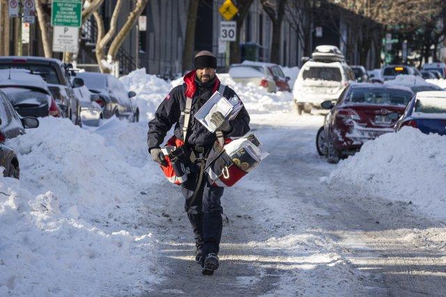 Le courrier continuera d'être livré par Postes Canada cinq jours par semaine,... (PHOTO OLIVIER PONTBRIAND, LA PRESSE)