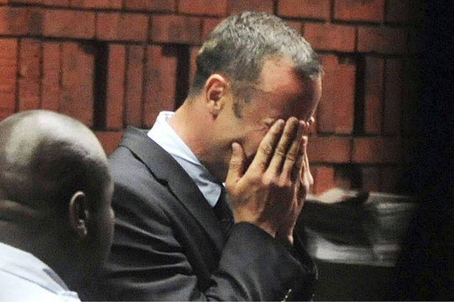 Oscar Pistorius a fondu en larmes lors de... (Photo Antonie de Ras, Reuters)