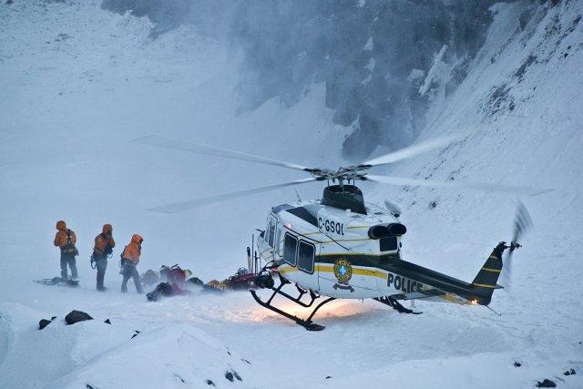 Trois travailleurs s'affairaient dans la zone d'affaissement au... (Photo: Hugo-Sébastien Aubert, archives La Presse)