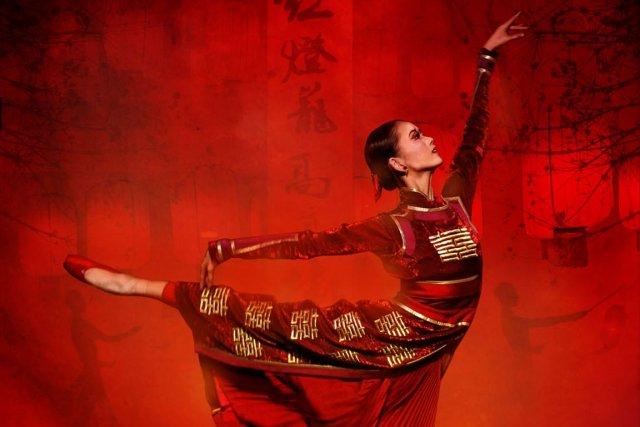 649455-danseuses-lanterne-rouge-vetues-robes