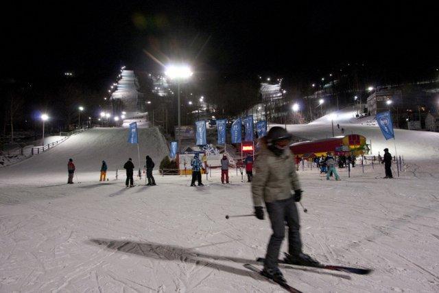 Des skieurs croisés au bas des pistes, hier... (photo Stéphanie Mantha)