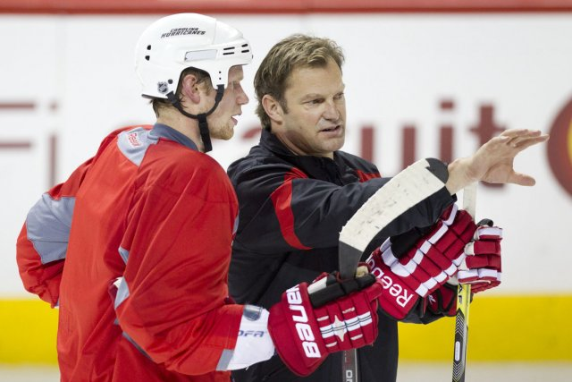Kirk Muller discute avec Eric Staal, qu'il considère... (Photo : Robert Skinner, archives La Presse)