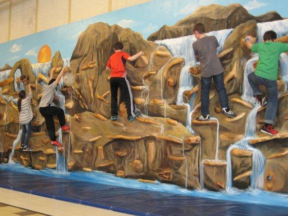 Les élèves de l'école Saint-Michel de Montebelloont maintenant un mur... (Jessy Laflamme, LeDroit)