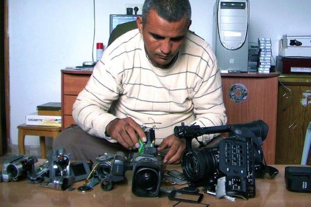 Emad Burnat dans une scène de son film... (Kino Lorber)