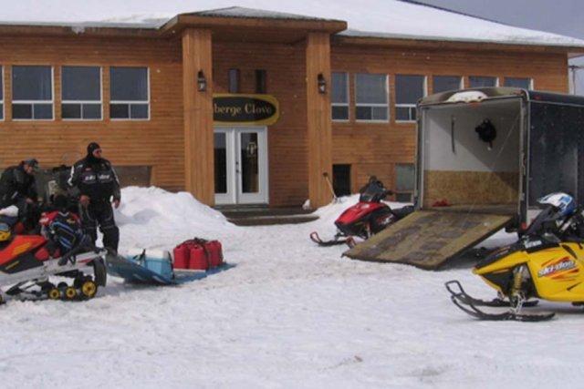 Les quatre motoneigistes étaient à l'intérieur de l'Auberge... (Photo tirée du site clova.ca)