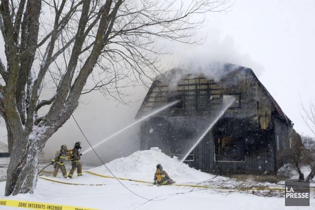 Ce bâtiment de ferme est une perte totale.... (Photo: Stéphane Lessard)