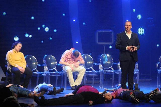 Au milieu d'une scène jonchée de corps endormis,... (Photo: Sylvain Mayer)