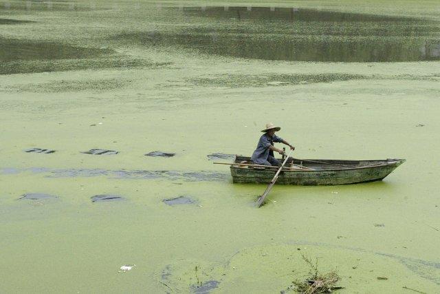 Un homme navigue sur une rivière polluée de... (PHOTO SEAN YONG, ARCHIVES REUTERS)