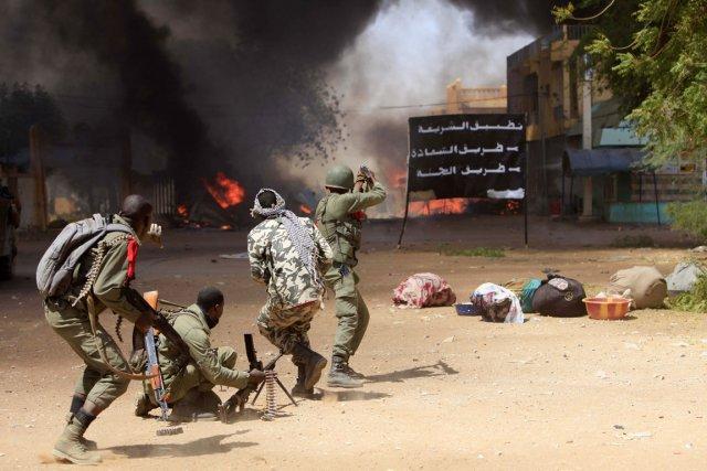 Des soldats maliens affrontent des combattants islamistes à... (PHOTO FRÉDÉRIC LAFARGUE, AFP)