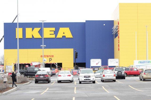Le géant suédois Ikea a suspendu lundi ses... (Archives, LeDroit)