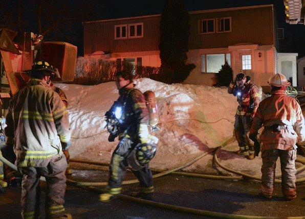 Un incendie a éclaté vers 19 h 30, hier, au sous-sol du 1152, rue des... (Photo Jeannot Lévesque)