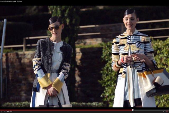 Karl Lagerfeld passe derrière la caméra pour tourner «Peplum People», la... (Photo tirée de la vidéo)