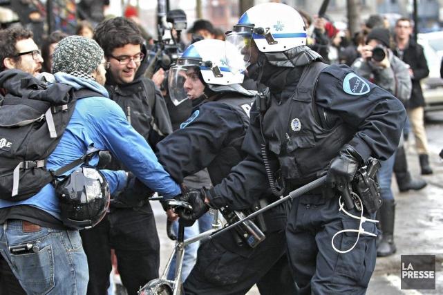 La manifestation a dégénéré, mardi.... (Photo Patrick Sanfaçon, La Presse)