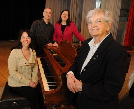 La pianiste Alejandra Cifuentes Diaz, le directeur administratif... (Photo: François Gervais)