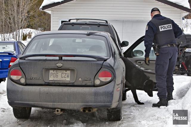 Tôt ce matin, 300 policiers de Laval, Montréal,... (Photo Patrick Sanfaçon, La Presse)