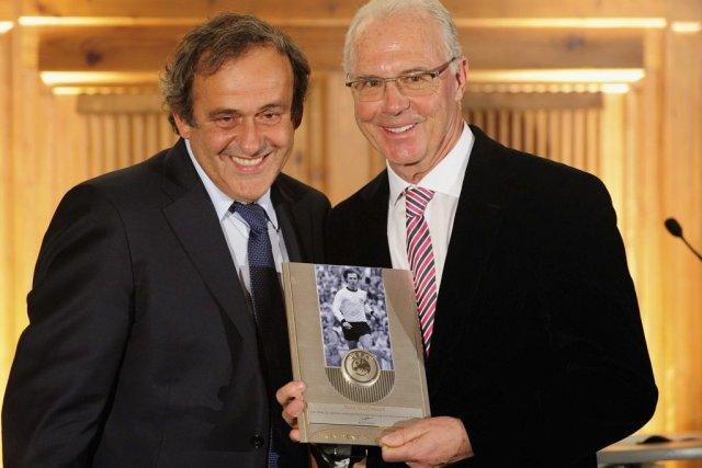 Michel Platini, président de l'UEFA, a remis le... (PHOTO LENNART PREISS, AFP)