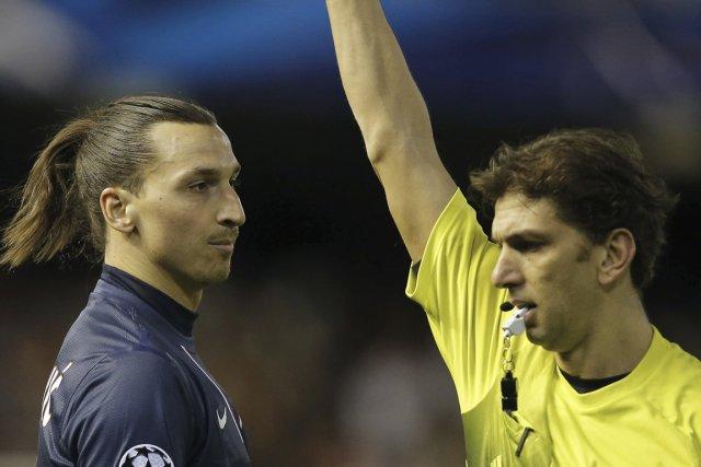 Ibrahimovic (à gauche) s'est vu décerner un carton... (PHOTO JOSE JORDAN, AFP)