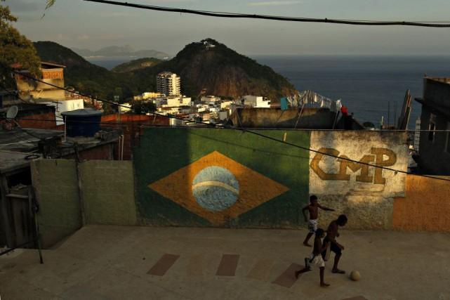Des enfants jouent au soccer dans une favela... (PHOTO PILAR OLIVARES, archives REUTERS)