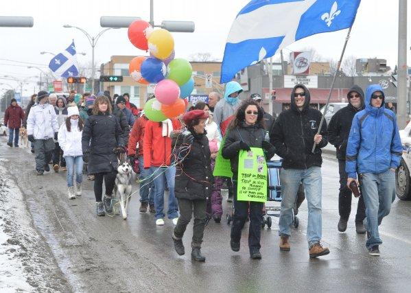 Une  cinquantaine de Sherbrookois ont pris d'assaut la rue King  samedi ... (Imacom, Maxime Picard)