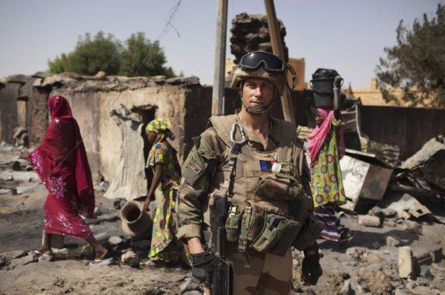 Un soldat français devant les restes du marché... (Photo Reuters)