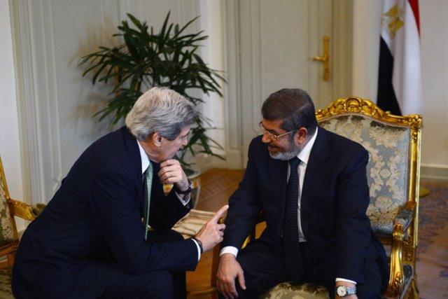 John Kerry etMohamed Morsi au palais présidentiel, dimanche... (Photo: AFP)
