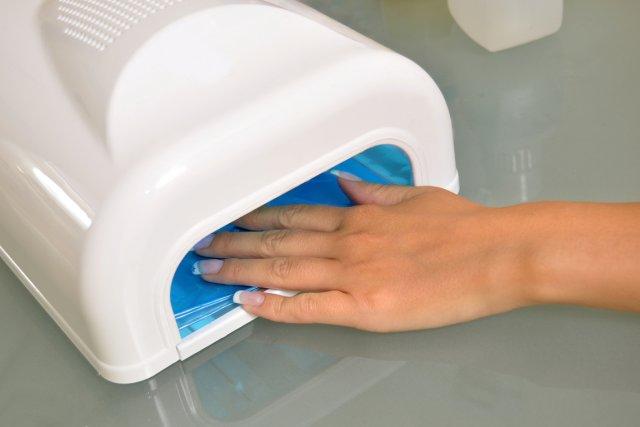 Le recours aux faux ongles en gel peut rendre les ongles naturels cassants,... (Photo Relaxnews)