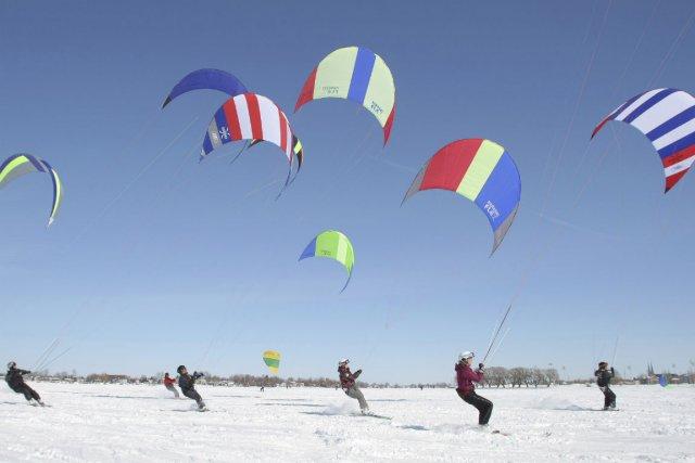 Qui a dit qu'il fallait une pente pour skier? Avec le paraski, il suffit de se... (Photo fournie par Paraski Aventure)