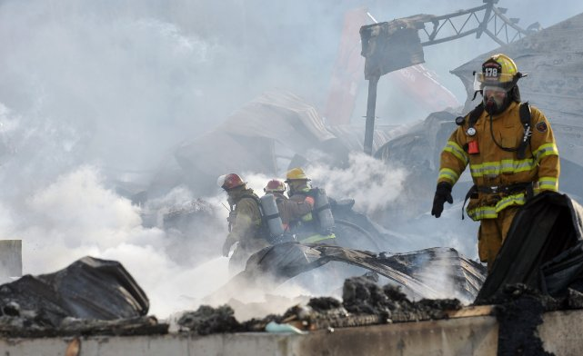 Un incendie a complètement ravagé l'usine Portes  Cookshire, à Cookshire-Eaton.... (Imacom, Claude Poulin)