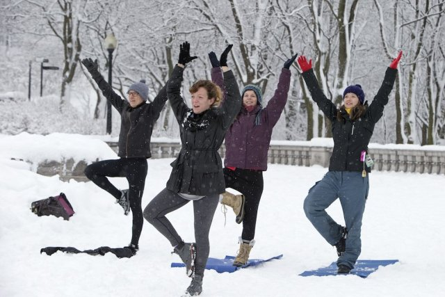 Yoga et neige. Un mélange étonnant, mais tout à fait naturel pour profiter de... (Photo Robert Skinner, La Presse)