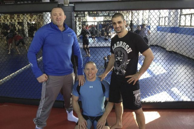 Georges St-Pierre (au centre), son mentor Kristof Midoux... (Photo de courtoisie)