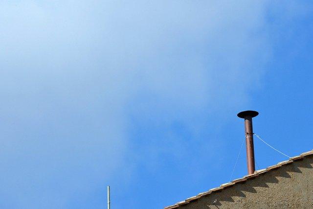 La cheminée, en placesur le toit de la... (Photo: AFP)