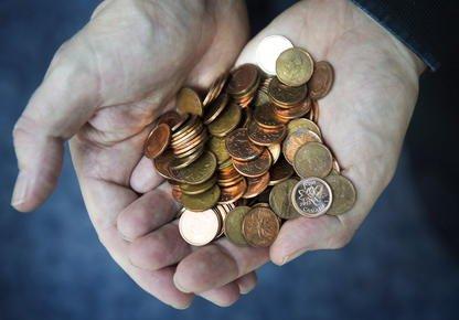 Les bas salaires des travailleurs sherbrookois semblent influencer directement... (Archives PC)