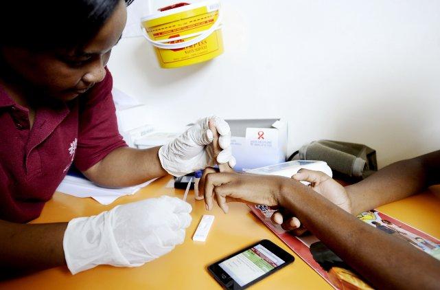 Une infirmière prend un échantillon de sang d'une... (PHOTO STEPHANE DE SAKUTIN, AFP)