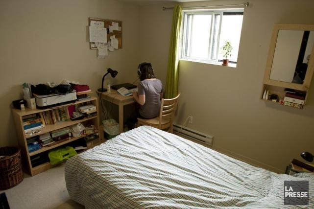 Une résidante dans sa chambre du centre de... (Photo David Boily, La Presse)