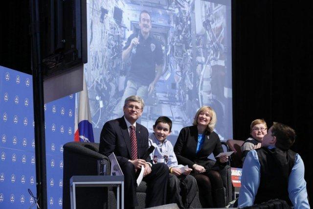 Stephen Harper (à gauche) et son épouse Laureen... (PHOTO CHRIS WATTIE, REUTERS)