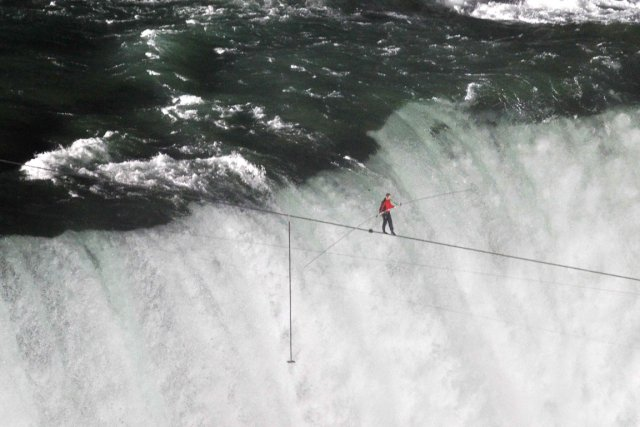 Le funambule Nik Wallenda avait traversé les chutes... (Photo Mark Blinch, Reuters)