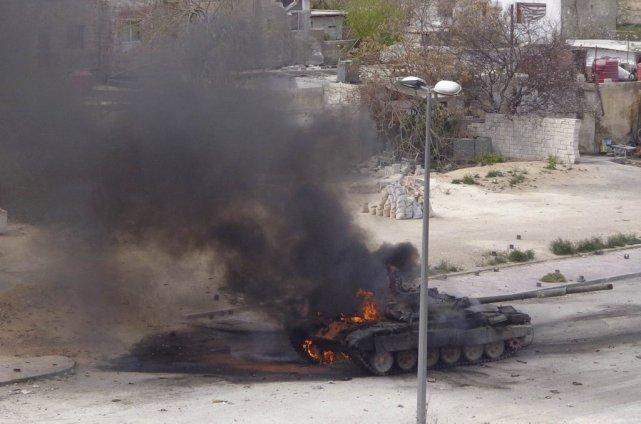 Un char de combat des forces gouvernementales prend... (PHOTO Mohammed Dimashkia/ REUTERS)