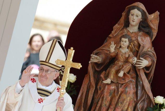 Au cours du service, le pape François doit... (PHOTO FILIPPO MONTEFORTE, AFP)