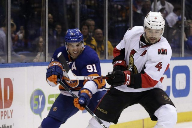 Chris Phillips et John Tavares... (Seth Wenig, Associated Press)