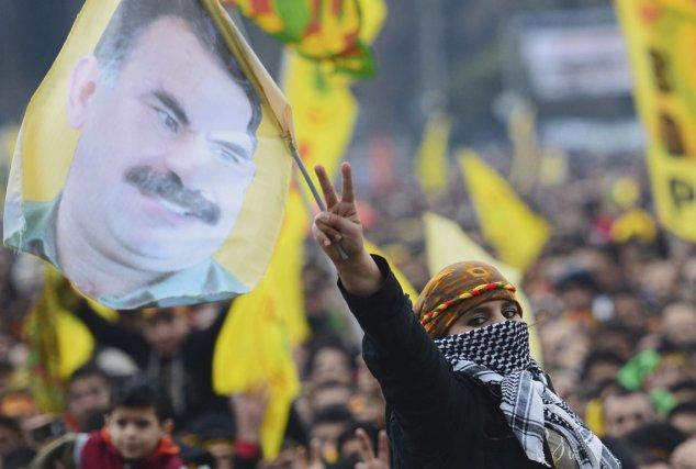 Des Kurdes manifestent leur soutien au chef du... (PHOTO AP)