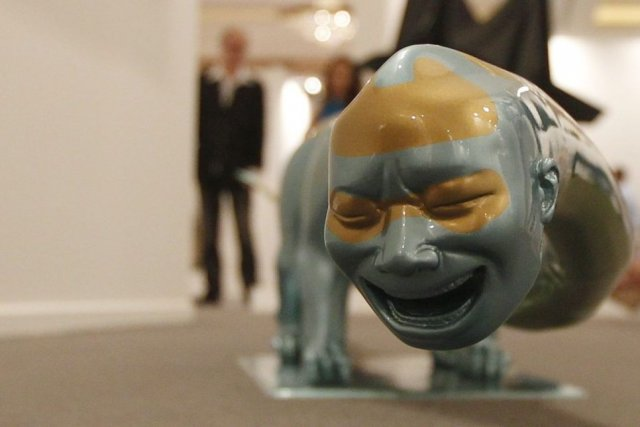 Une sculpture de l'artiste chinois Yue Minjun.... (PHOTO JUMANA EL HELOUEH, REUTERS)