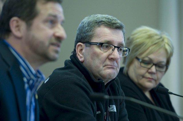 Le maire de Québec, Régis Labeaume, entouré du... (Photo Le Soleil, Steve Deschênes)