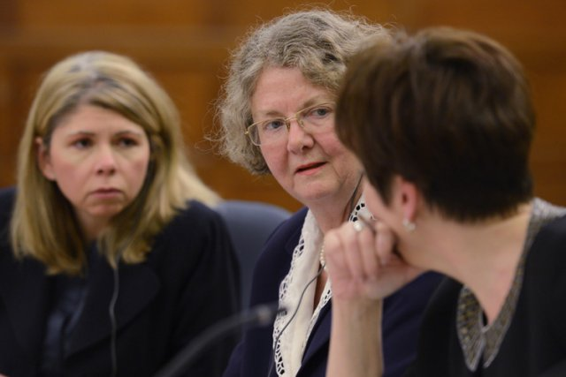 La commissaire à l'éthique, Mary Dawson (au centre),... (Photo: PC)