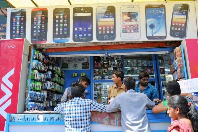 L'Inde, où la popularité du téléphone portable est... (PHOTO NOAH SEELAM, AFP)